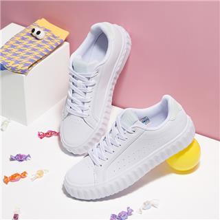 特步 女子板鞋 都市时尚百搭防滑潮流休闲板鞋 880118315010